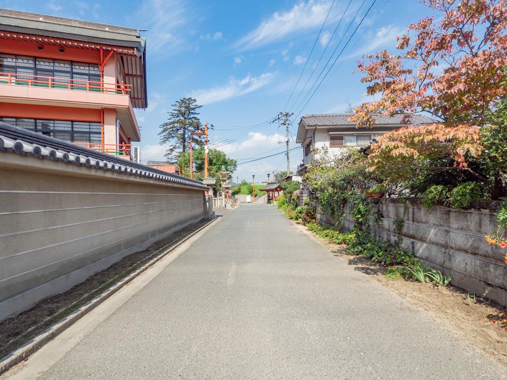 草戸稲荷神社:駐車場から境内への参道
