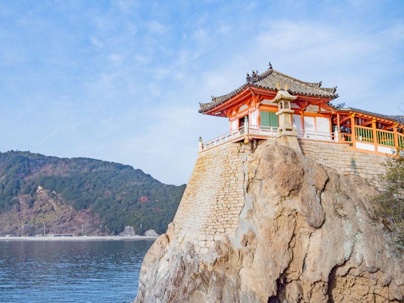 阿伏兎観音(磐台寺) 〜 岬の断崖絶壁に建つ朱塗りのお堂。目の前に広がるのは瀬戸内海の絶景!