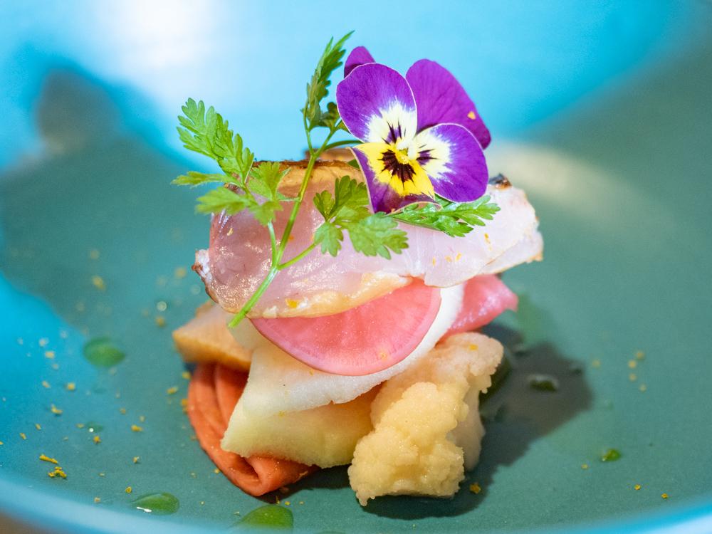 ルオント:炙り鰆のスモークと発酵野菜のミルフィーユ仕立て