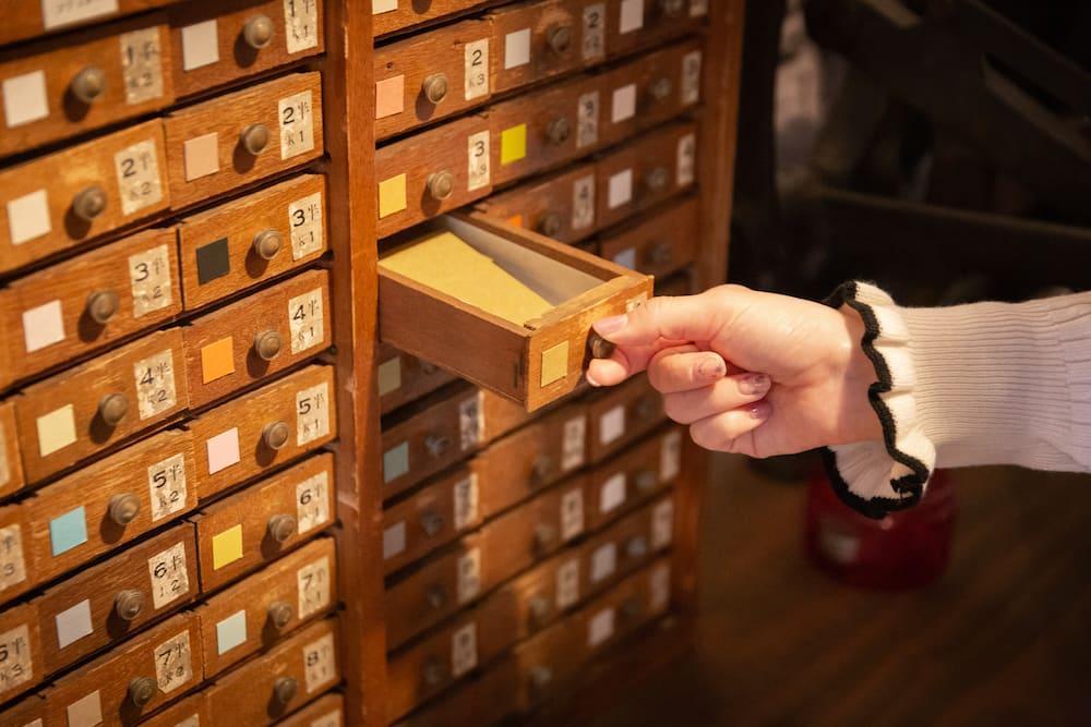 棚からカードを選ぶ
