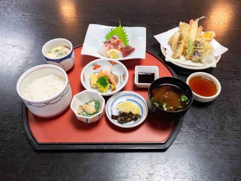 季節料理 衣笠 〜 各地から仕入れた四季折々の旬の食材を楽しめる。鯛めしなど鞆の浦名物の鯛料理も人気