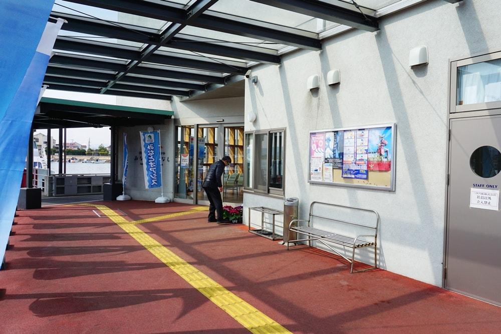 「笠岡諸島旅客船ターミナル みなとこばなし」の入り口