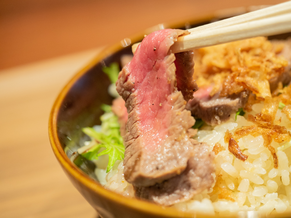 メゾンドシェフごはん:赤城牛のステーキと炊き込みごはん丼