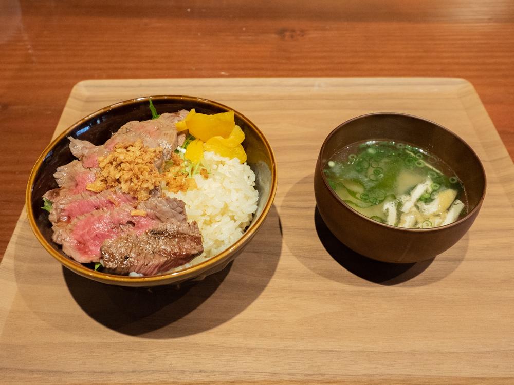 メゾンドシェフごはん:オムライス・丼につく一本釣りカツオの味噌汁